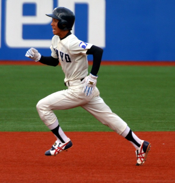 野手のすきを突き、三塁を陥れた東洋大・柘植。高い走塁意識は、東洋大の武器のひとつだ