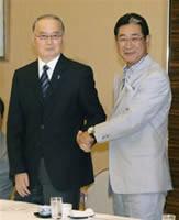 北京五輪野球の代表編成委員会に出席した、元巨人監督の長嶋茂雄氏と握手する星野監督=20日午後、東京都内のホテル