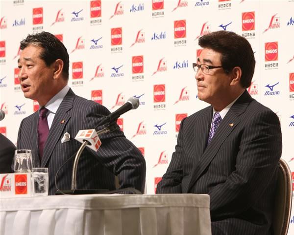 守備走塁コーチを担当する山本コーチ(右)