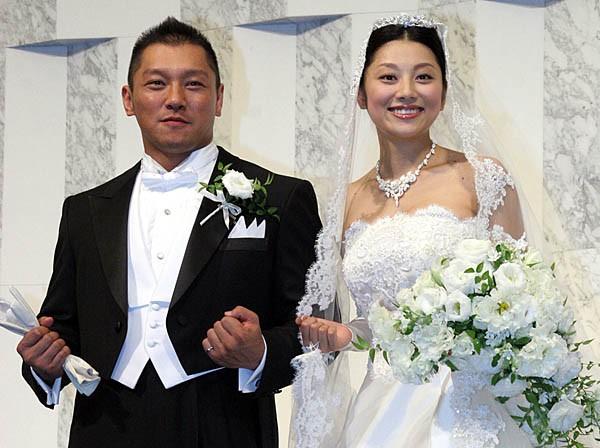24日、都内ホテルで結婚式を挙げた坂田亘と小池栄子夫妻。仲良くハッスルポーズを披露