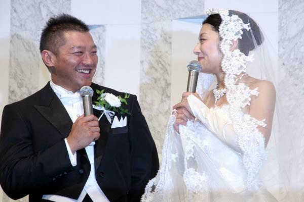 栄子さんのドレス姿は「たいへん美しくて」と照れ笑い