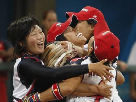 8月21日、北京五輪ソフトボール日本代表は、決勝で強豪米国を3─1で破り、悲願の金メダルを獲得。写真はエース上野由岐子(中央)ら