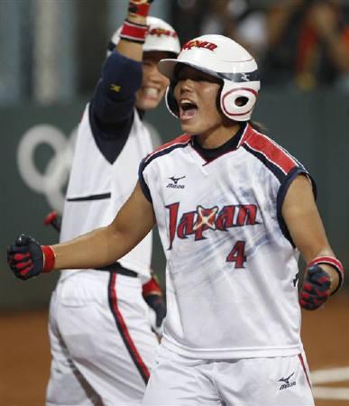 北京五輪ソフトボール日本代表は決勝で米国を下し、金メダルを獲得した。写真は決勝で1打点を記録した三科