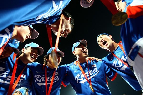 金メダルを首から下げ歓喜の輪をつくる韓国ナイン。この姿が彼らのチームワークを象徴している