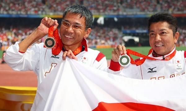 男子車椅子マラソン(T52)で、銀メダルを獲得した上与那原寛和(右)と銅メダルを獲得した高田稔浩=国家スタジアム