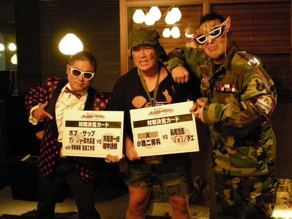 高田モンスター軍の(右から)アン・ジョー司令長官、小路二等兵、島田工作員が9.28ハッスル名古屋大会の追加カードを発表