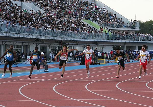 引退レースで朝原は、日本人最高となる3位でゴール(左から3人目)
