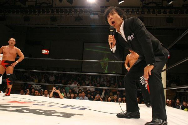 札幌大会で大谷とタッグを組む大仁田が登場。マイクアピールで会場を沸かす