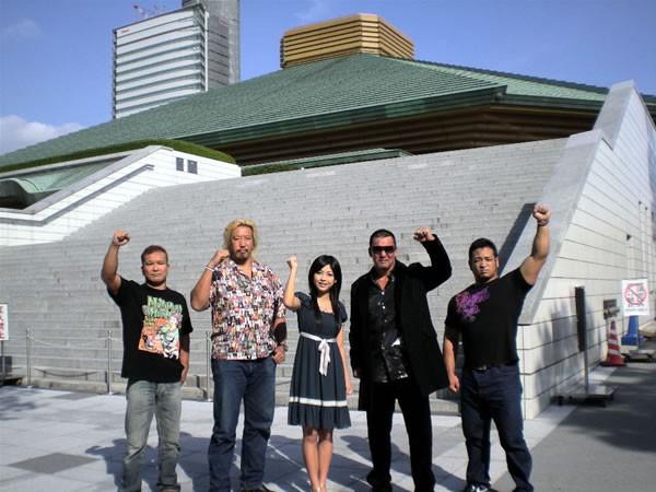 10月24日、25日に開催されるプロレスエキスポの豪華カードが発表、会見には(右から)関本、蝶野、イメージガールの佐藤さくらさん、高山、田中が出席