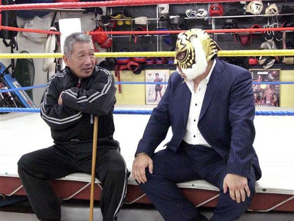 60歳の藤原(左)が初代タイガーらとのエキシビションに臨む