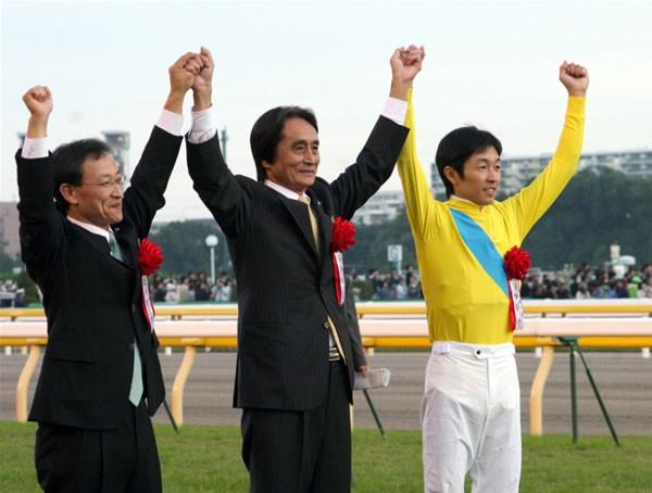 「順調ならジャパンカップへ。ゆっくり落ち着いて馬をつくっていきたい」と角居調教師(左)