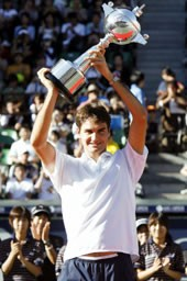 ジャパンOPテニス最終日 男子シングルスで優勝し、トロフィーを掲げるロジャー・フェデラー=有明テニスの森公園