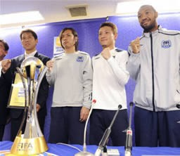クラブワールドカップの記者会見後、ガッツポーズで意気込みを見せるG大阪の(左から)西野監督、遠藤、安田理、ルーカス=大阪府吹田市