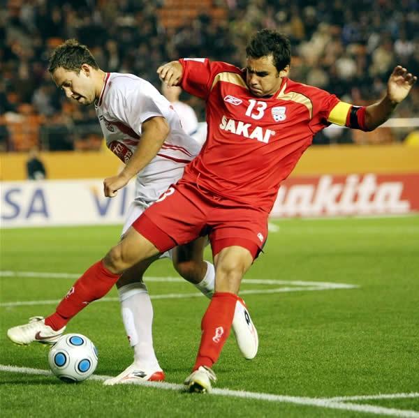 クラブW杯の開幕戦でボールをキープするアデレードの主将ドッド(右)