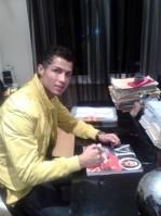 自身の自伝にサインをするマンUのC・ロナウド