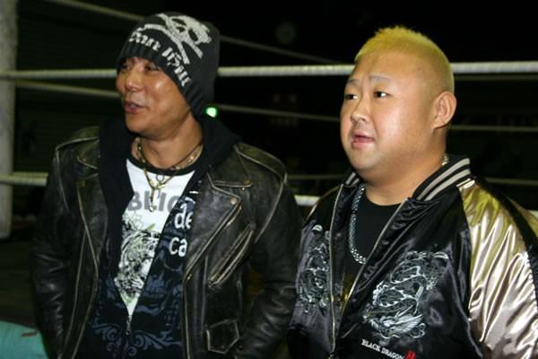 大仁田(左)とともに意気込みを語る脇