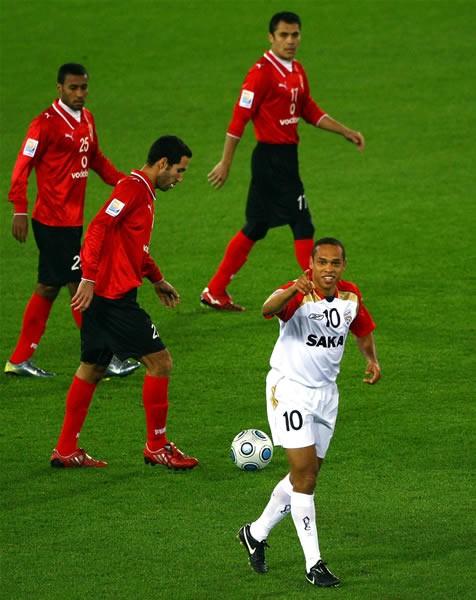 アデレードのクリスティアーノ(右下)にゴールを奪われ、うつむくアルアハリの選手たち