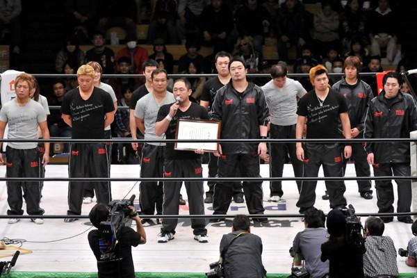 元旦興行でリングに集まった大谷(中央)らZERO1所属選手