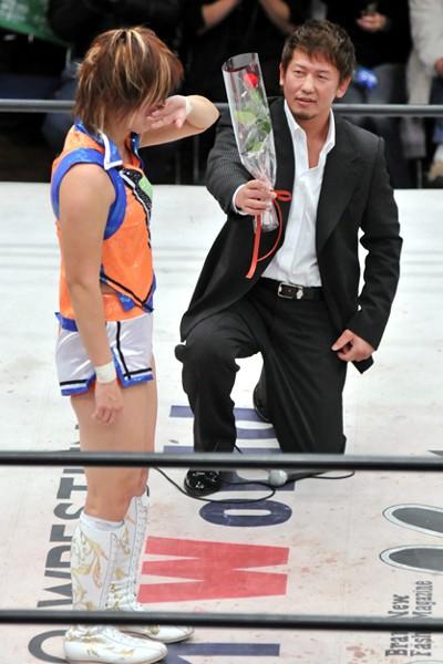 ZERO1元旦興行のリングでHikaru(左)にプロポーズのバラを贈る金本