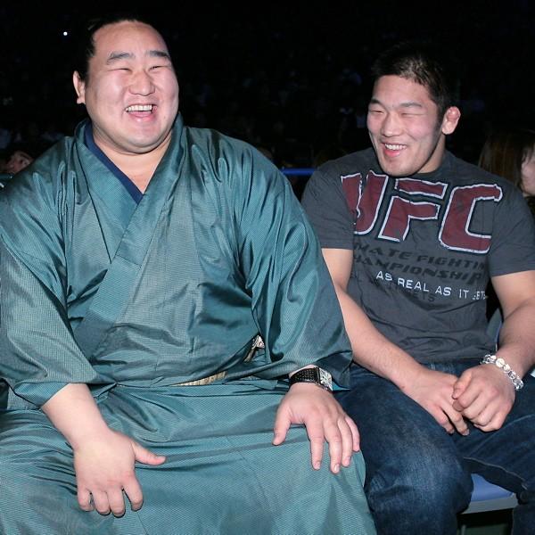 朝青龍(左)、石井に「戦極のリングに上がってほしい」とラブコール