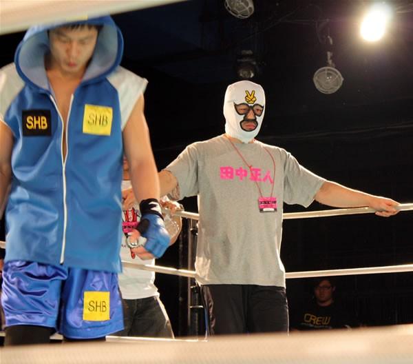 RYO(左)のセコンドに就いた崔領ニらしき謎のマスクマン