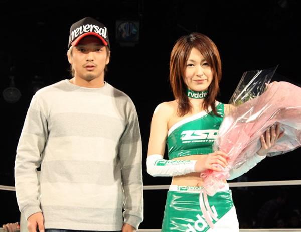 今大会を最後にZSTガールの佐藤恵子さん(右)が卒業。所から花束が贈られた