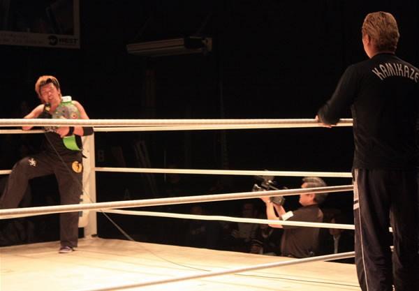 藤田(左)は2.8タイトル戦へ、挑戦者のKAMIKAZEにむちゃぶり要求