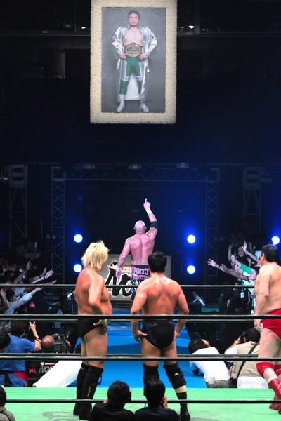 小橋との初対決を終えた武藤は、三沢さんの遺影を指差して退場