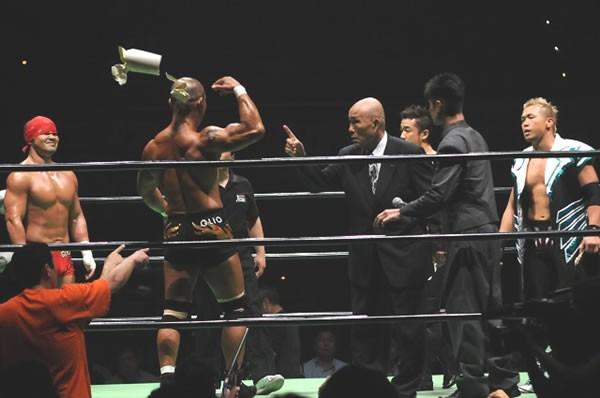邪道(左から2人目)がジョー樋口氏(同3人目)から認定書を取り上げる暴挙を働くが、金丸組がGHCジュニアタッグ王座防衛に成功