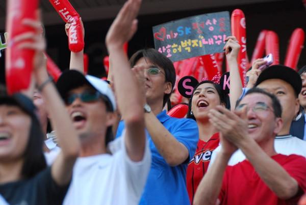 過去最高の盛り上がりを見せる韓国プロ野球。スタンドには若い女性の姿も