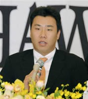 ソフトバンクへの入団が決まり、宮崎市内で記者会見するWBC韓国代表の李ボム浩内野手