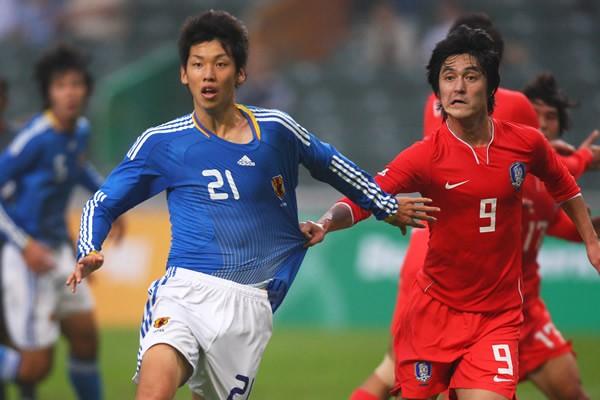 1トップを務めた大迫(左)だったが、韓国DFの厳しいマークに苦しんだ(写真は東アジア大会の韓国戦)