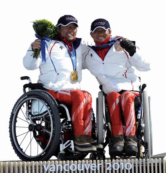 アルペンスキースーパー大回転男子座位で金メダルを獲得した狩野亮(左)と銅メダルの森井大輝
