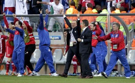 喜ぶアンティッチ監督(中央手前)ら。セルビアがドイツに1−0で勝利した