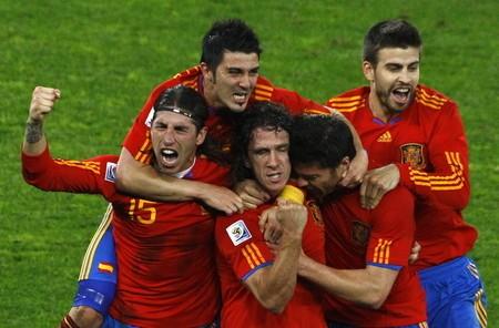 スペインはプジョル(中央)のゴールでドイツに勝利。W杯初の決勝進出を決めた