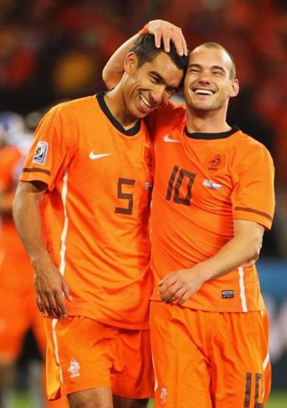 オランダは好調を維持するスナイデル(右)が攻撃をけん引する