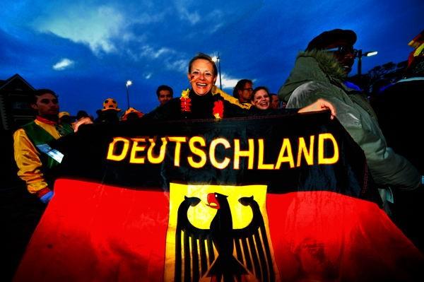 誇らしげに国旗を広げるドイツサポーター。この日のドイツは主力を欠いた苦しい布陣となった
