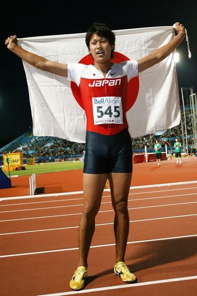 世界ジュニア選手権、飯塚は男子200メートルで優勝し、日本男子短距離界に史上初の金メダルをもたらした