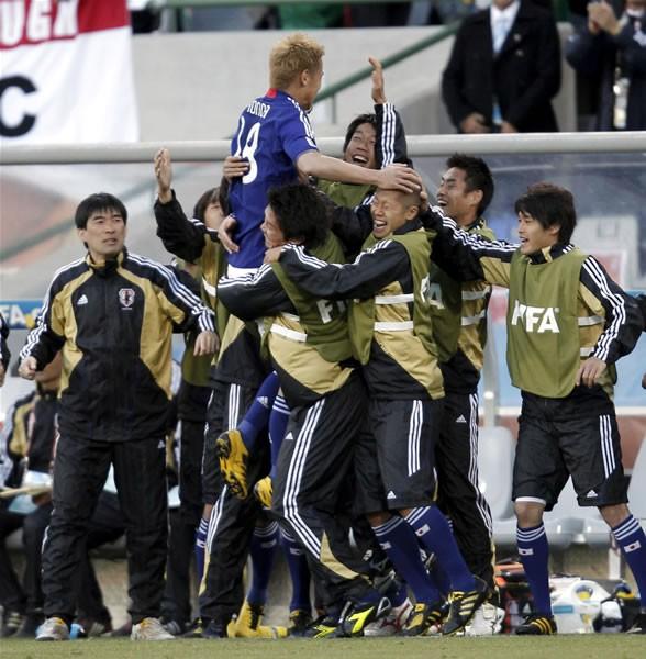 カメルーン戦では、ゴールを決めた本田が中村憲ら控え選手のもとに駆け寄る場面が見られた