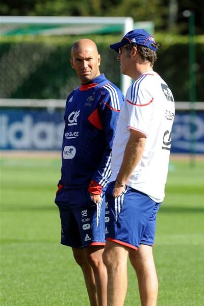 フランス代表の合宿所に現れたジダン(左)は、勝利の重要性を選手に話した