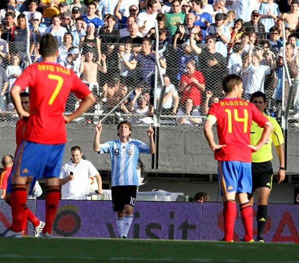 アルゼンチンがメッシ(中央)らのゴールで世界王者のスペインを4−1で下した