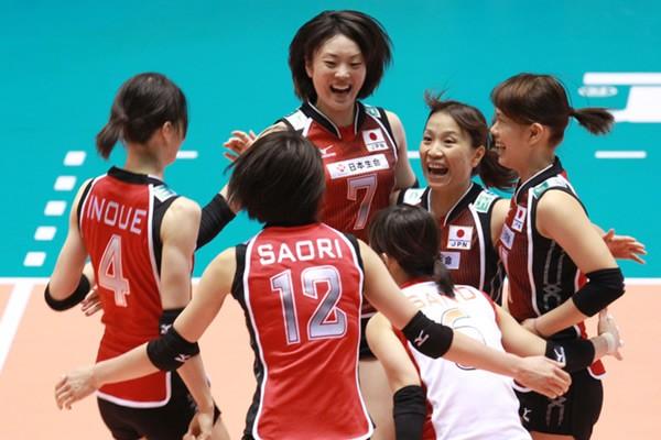 日本、前回銅メダルのセルビアに勝利! 写真は左から時計回りに、井上、山口、竹下、井野、佐野、木村=3日、東京・代々木第一体育館