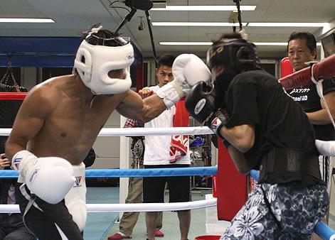 スパーリングでは強打を連発した長谷川(左)、その手でベルトをつかみ取れ!