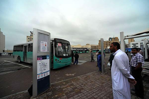 近所のバスターミナルにて。車を持たない出稼ぎ労働者にとって、バスは不可欠な移動手段だ
