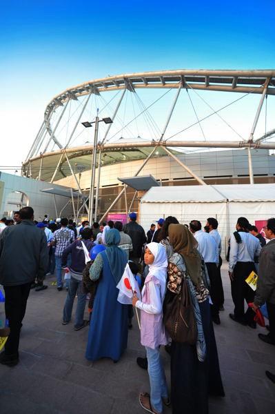 カリファ・スタジアムに集まる人々。大半が現地で働くアジアの人々で、日本に好意的だった
