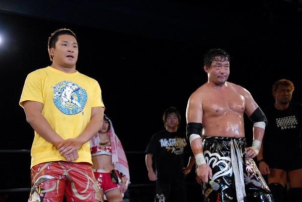 KUSHIDA(左)がSMASH退団、4月1日付で新日本プロレスに円満移籍することが発表された
