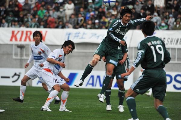 """松本山雅は長野との""""信州ダービー""""で逆転勝利。松田(右から2人目)加入の効果もあり、スタジアムには1万1663人が詰め掛けた"""