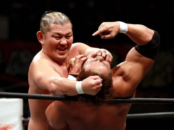 """みのる(左)は小島(右)&真壁に圧勝し、新日本""""侵略""""をぶちまけた"""
