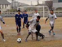 大垣市長杯に参加した富岡高校(白)。降り続く雨の中、選手たちは試合に臨んだ