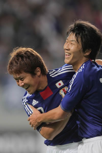 途中出場した永井(右)は山崎(左)のゴールを演出したが、ケガや温存を除き公式戦で控えに回ったのは初めてだった